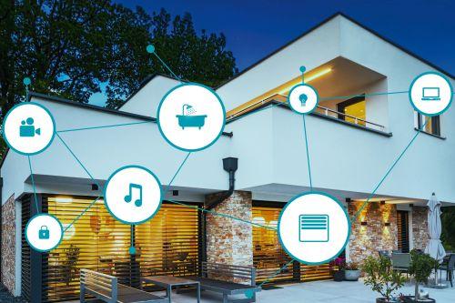 Außenansicht eines Hauses mit smarten Funktionen.