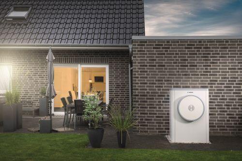 Außenansicht eines Hauses mit Heiztechnik von Bosch.