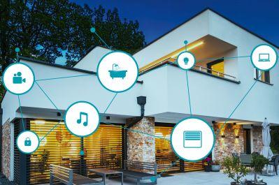 eNet SMART HOME Referenz in Eichgraben mit Vernetzungssymbolen (Multi-Media-, Sicherheits-, Bad-, Licht- & Jalousien-Icon)