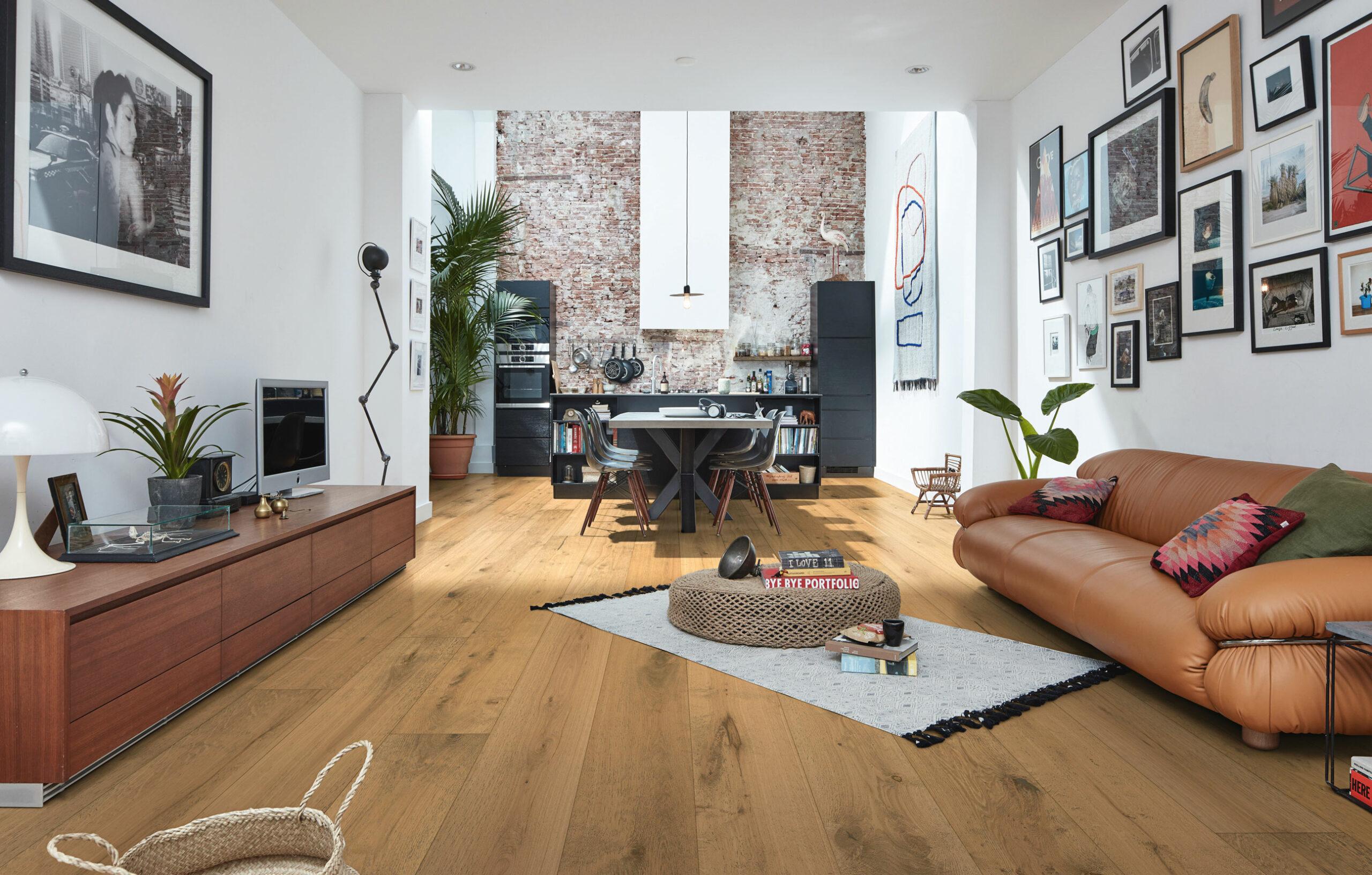 MEISTER Keyvisual mit einem Wohnzimmer und Holzböden von Meister.