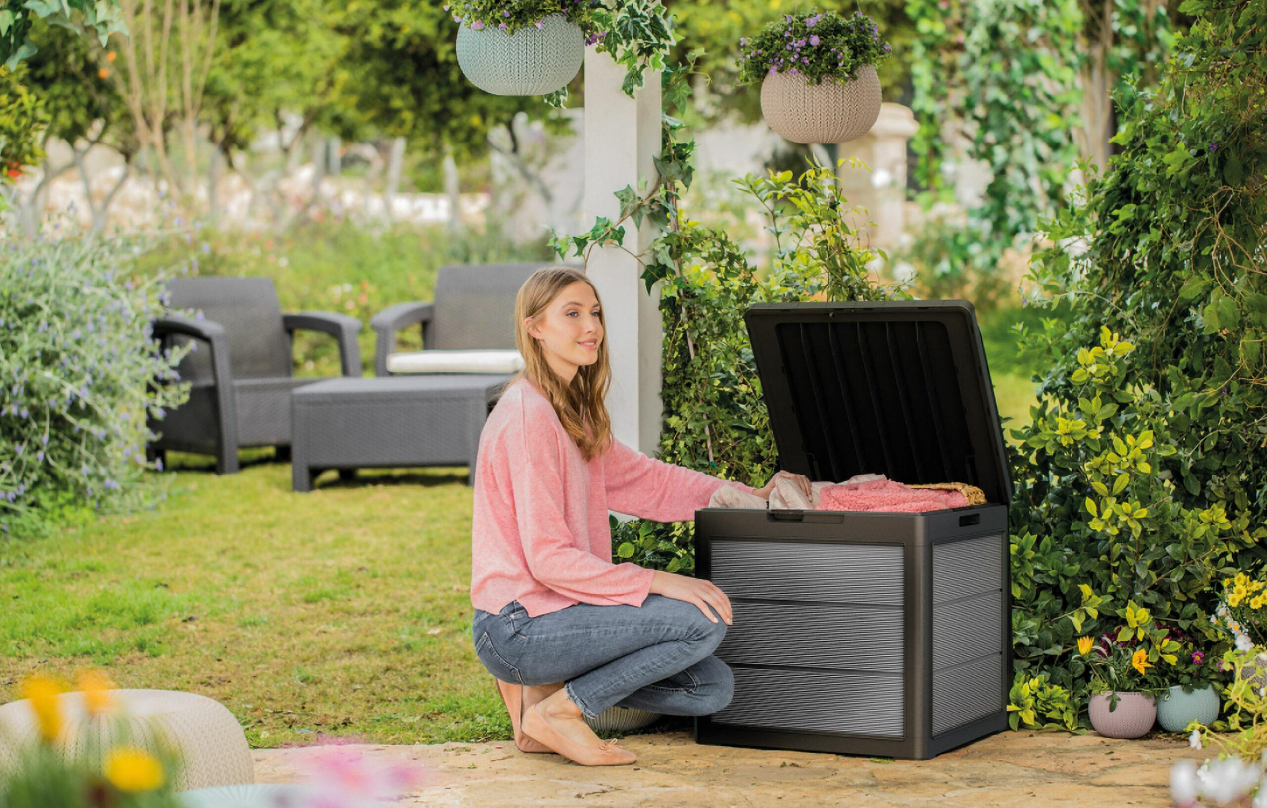 Keter® Keyvisual mit einer Frau im Garten und einer Keter Aufbewahrungsbox.