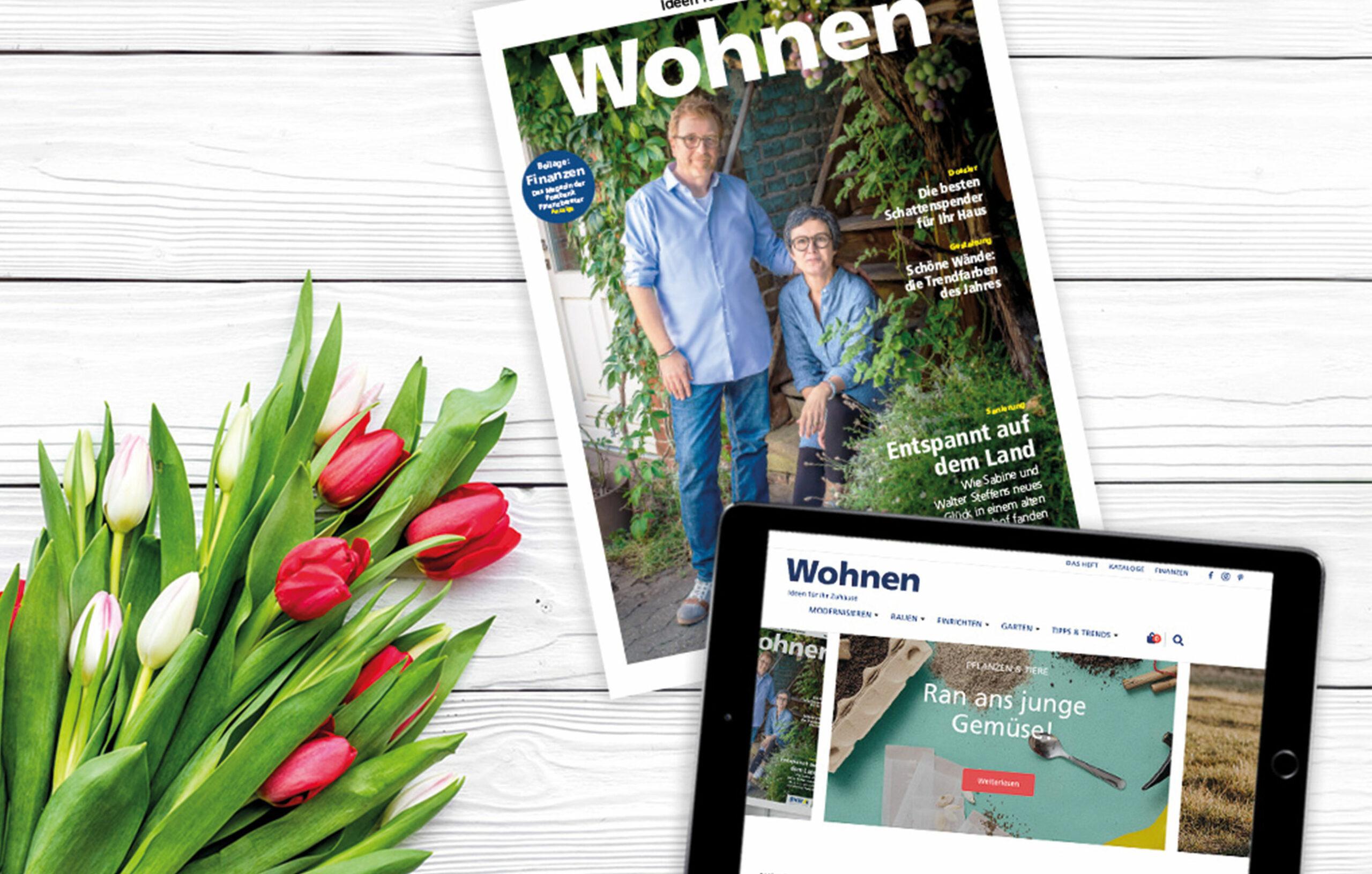 Wohnen Keyvisual. Wohnen Magazin und Wohnen Website auf iPad. Daneben liegt ein Strauß Blumen. Im Hintergrund ist ein weißer Holz Hintergrund.